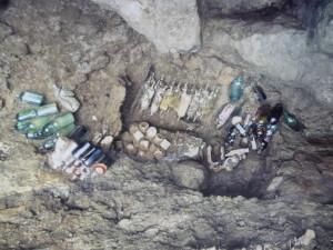 壕から発見された薬品類