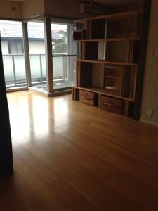書斎とリビングの仕切りは木の棚。近所のバーの施工をしたヤング男子をナンパして作ってもらった