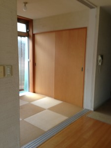 布団2枚敷けるだけの小さな和室に琉球畳をあつらえた。