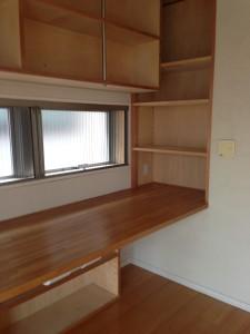 作り付けの書斎。狭いがコックピットのようで集中できる。