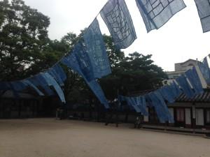 伝統建築物の旧宮廷で、職員が藍染めのれんを干していた。